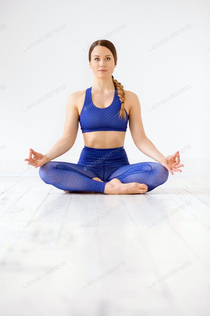 Zen Frau Ausübung der Yoga-Lotus-Position
