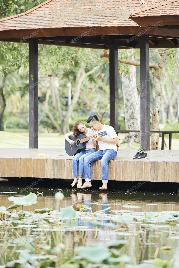 Couple with guitar in the park