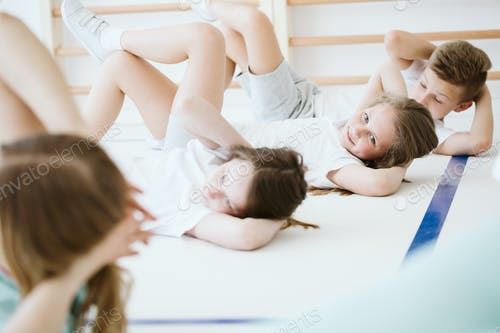 Kids exercising crunches