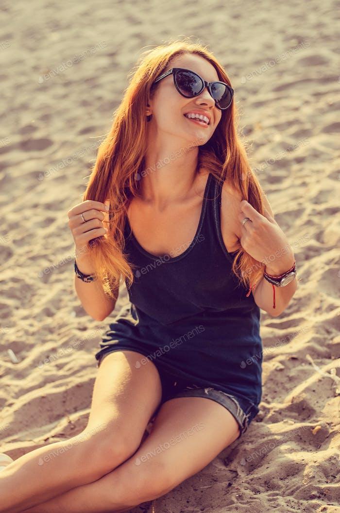 Rothaarige Frau am Strand.
