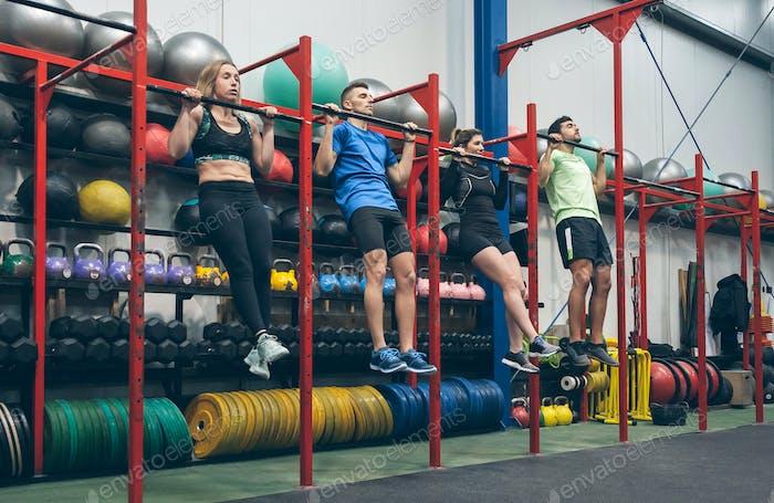Athleten machen Klimmzüge im Fitnessstudio