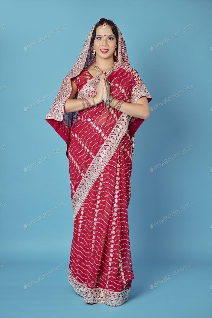 Indische Braut im traditionellen Kleid