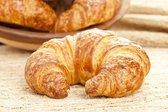 Frisch gebackenes Croissant