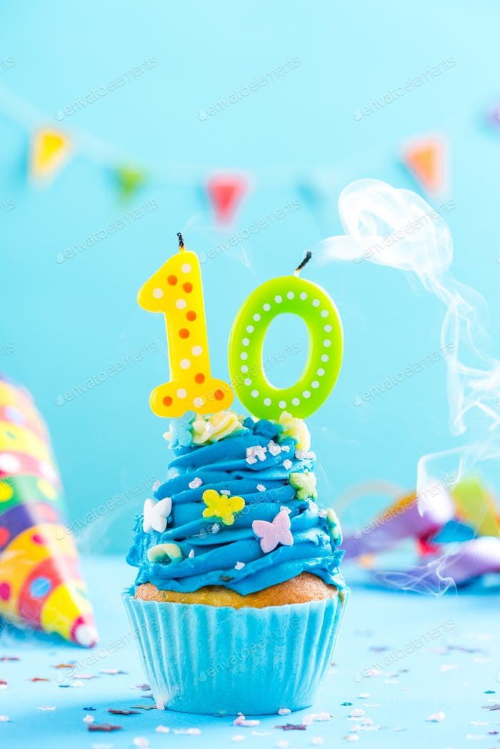 Cupcake zum 10. Geburtstag mit Kerzenausblasen. Kartenmockup.