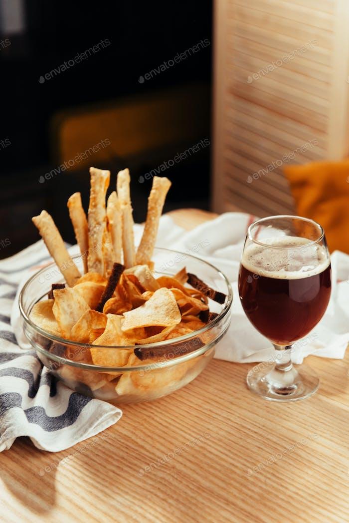 Chips und Cracker zu Bier. Werbeaufnahme-Menü