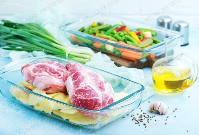 Gemüse und Fleisch in Schüssel
