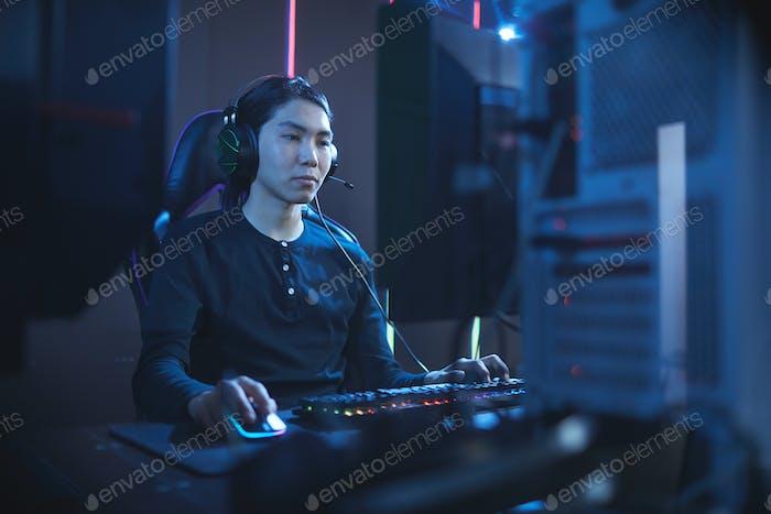 Hombre asiático jugando videojuegos en Computer Club