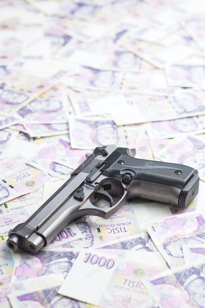 Handfeuerwaffe und Geld.