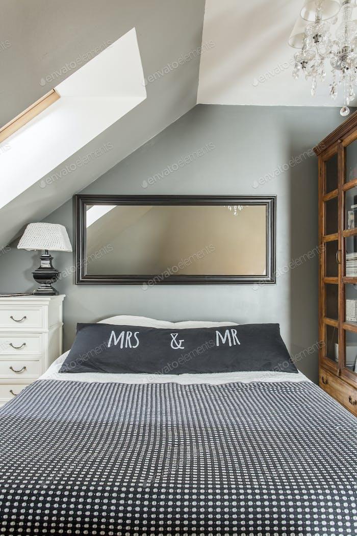 Stilvolles Schlafzimmer mit Doppelbett