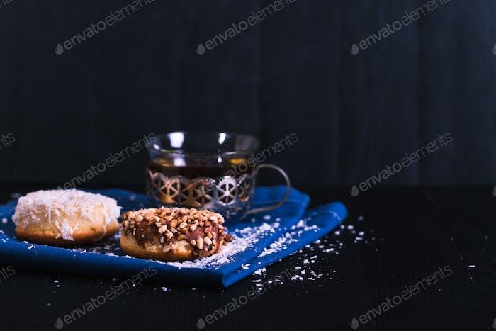 Donuts mit verschiedenen Puder auf einem schwarzen Holzhintergrund