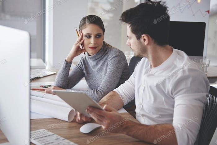 Пара с нетерпением ожидает продуктивного сотрудничества