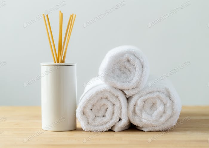Ароматические леса и белое полотенце для спа