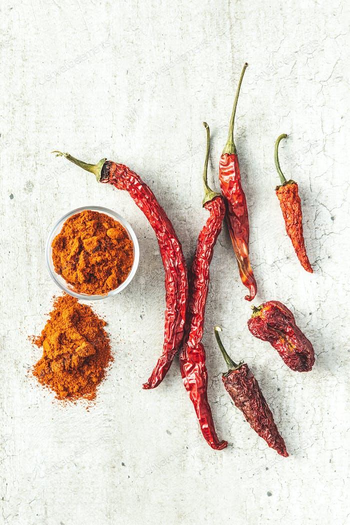 Getrocknete rote Chilischoten und Chilipulver