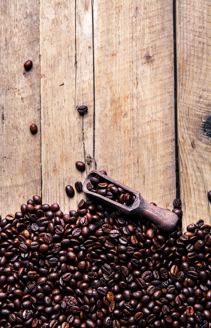 Kaffeebohnen in Holzlöffel, Nahaufnahme
