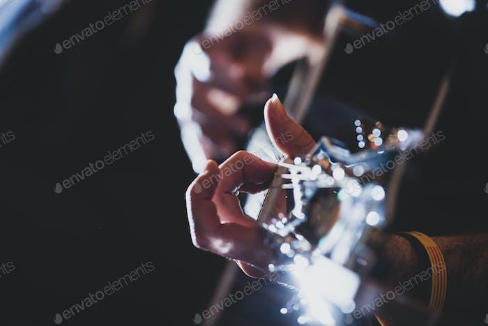 Klassische Gitarre spielen. Selektiver Fokus.