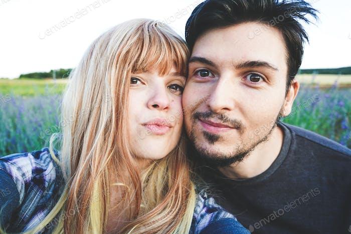 Echt junges Paar enyoing ein sonniger Tag zusammen