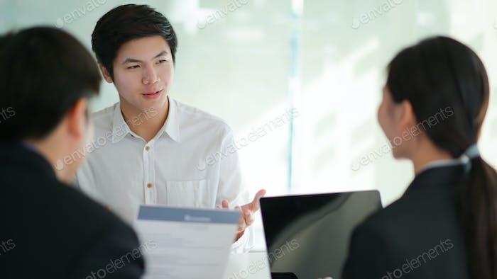 Entrevistar a los solicitantes de empleo presentando su currículum para que los ejecutivos lo consideren.