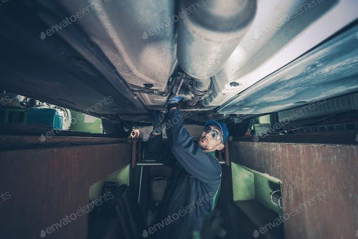 Mechaniker Befestigung des Fahrzeugs