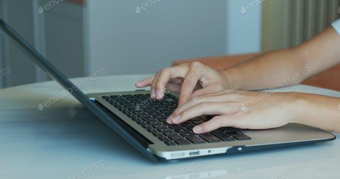 Frau Typ auf Laptop-Computer, Arbeit von zu Hause Konzept