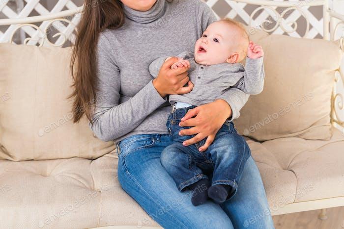 Mutter und ihr Kind. Mama spielt mit lachendem Kind. Familie zu Hause