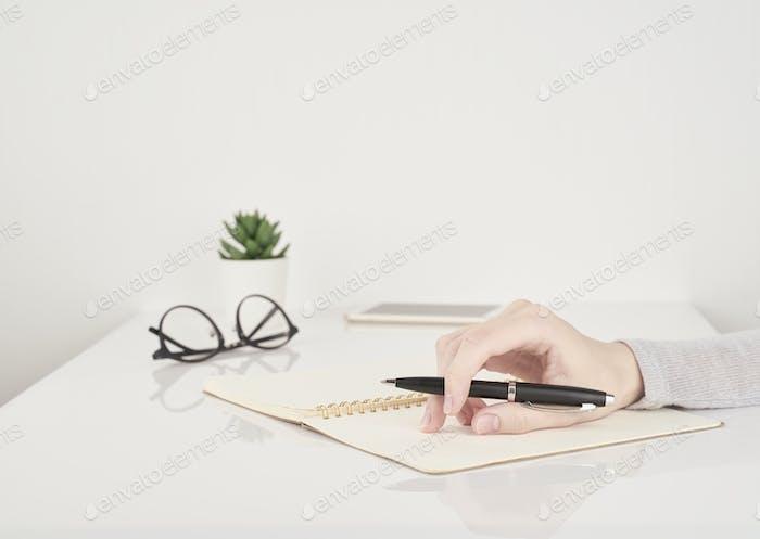 Женщина пишет на странице ноутбука, офисная работа или учебная концепция