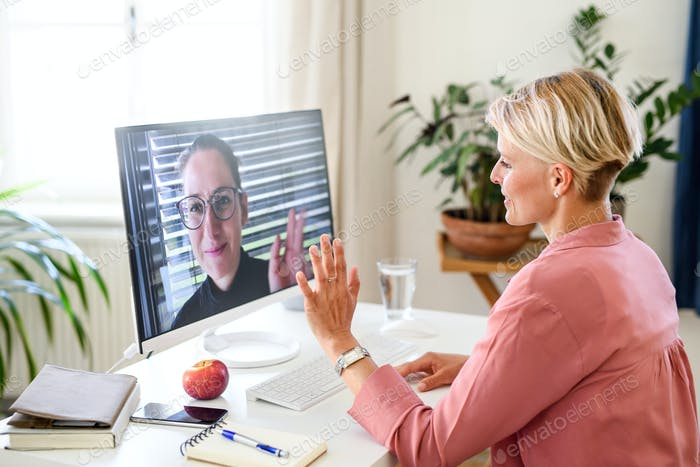 Junge Geschäftsfrau mit Video anruf am Computer im Home-Office