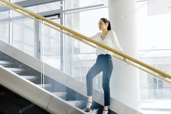 Mujer de negocios en las escaleras