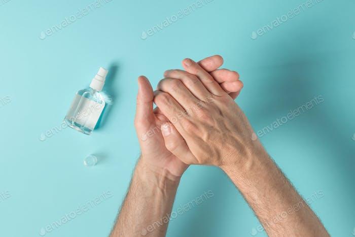 Hände mit desinfizierenden antibakteriellen Spray