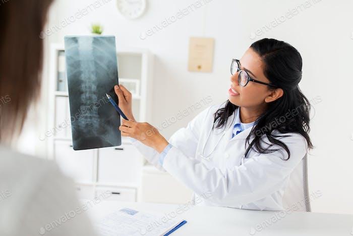 Arzt mit Röntgen der Wirbelsäule und Patienten im Krankenhaus