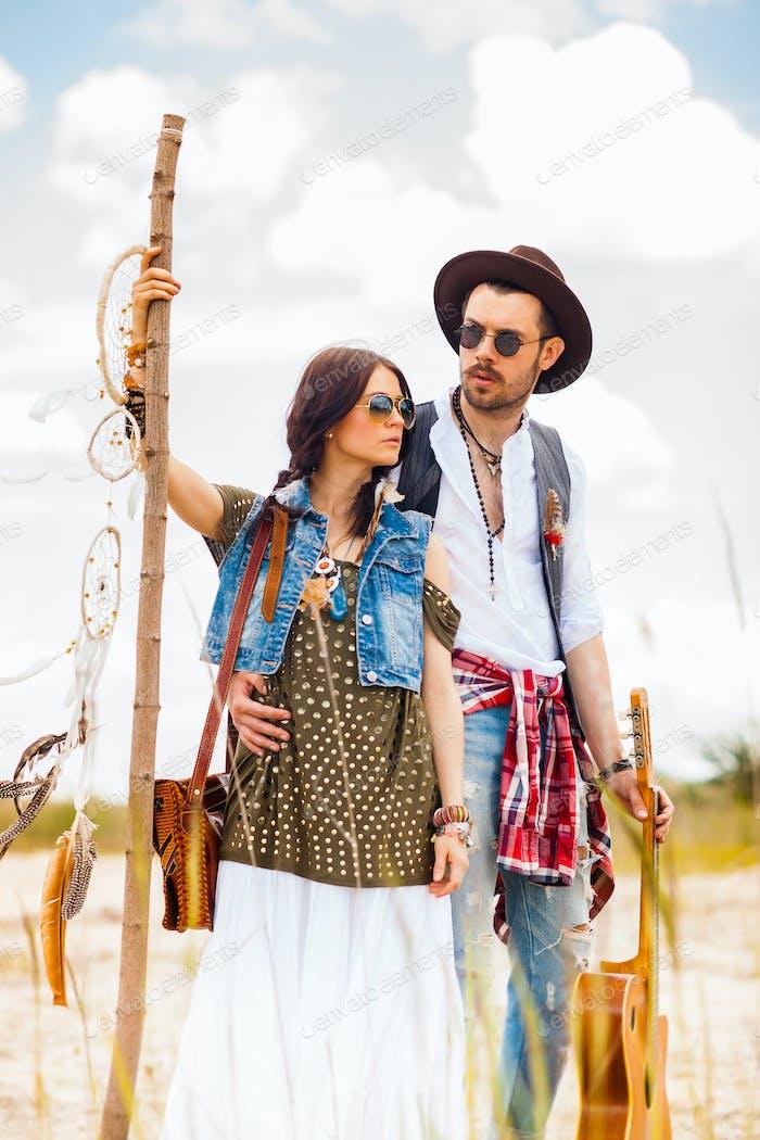 Mann und Frau als Boho Hipster gegen blauen Himmel