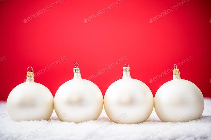 Weiße Weihnachtskugeln und Schnee, festliche Vorlage Design