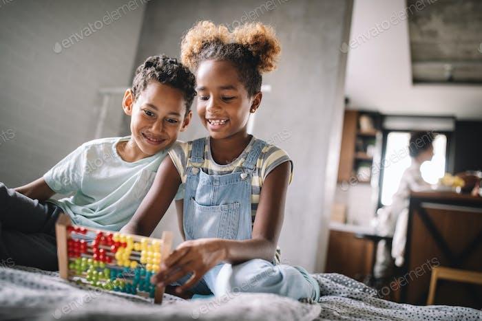 Kinder, Bildung, Plyaing Glück Konzept. Glückliche Kinder unterhalten sich zu Hause