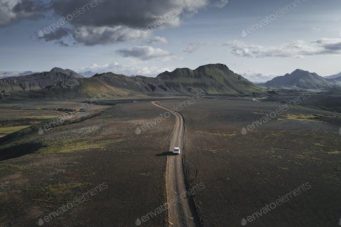 Auto auf einer unbefestigten Straße