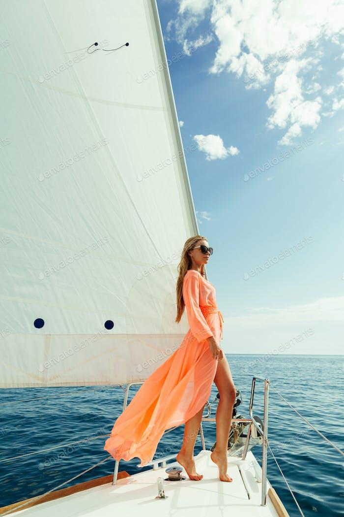 mujer en sarong vela vela blanca viaje de lujo