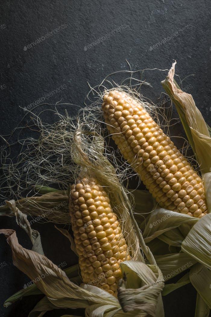 Mais auf dem dunklen Schiefer rechts