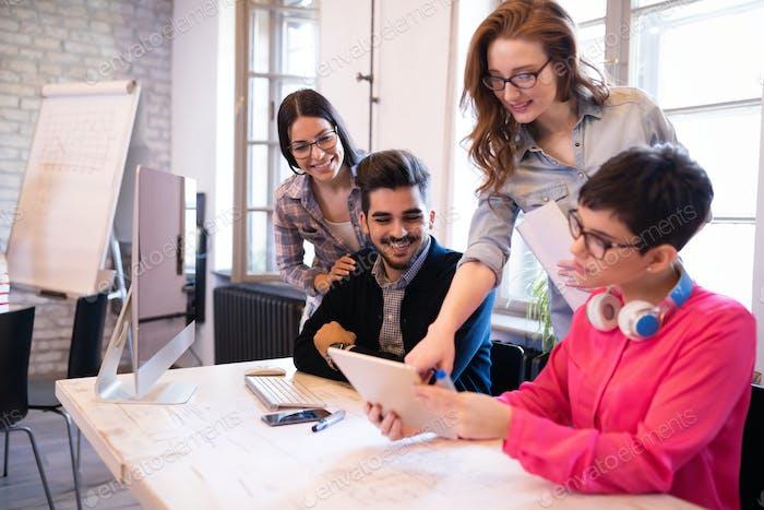 Mitarbeiter, die gemeinsam an Projekt arbeiten, im Büro