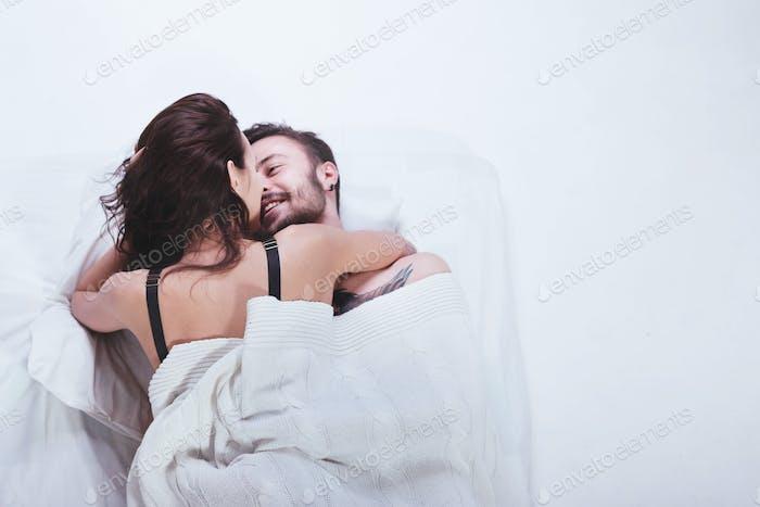 schön liebevoll paar posiert in ein Bett