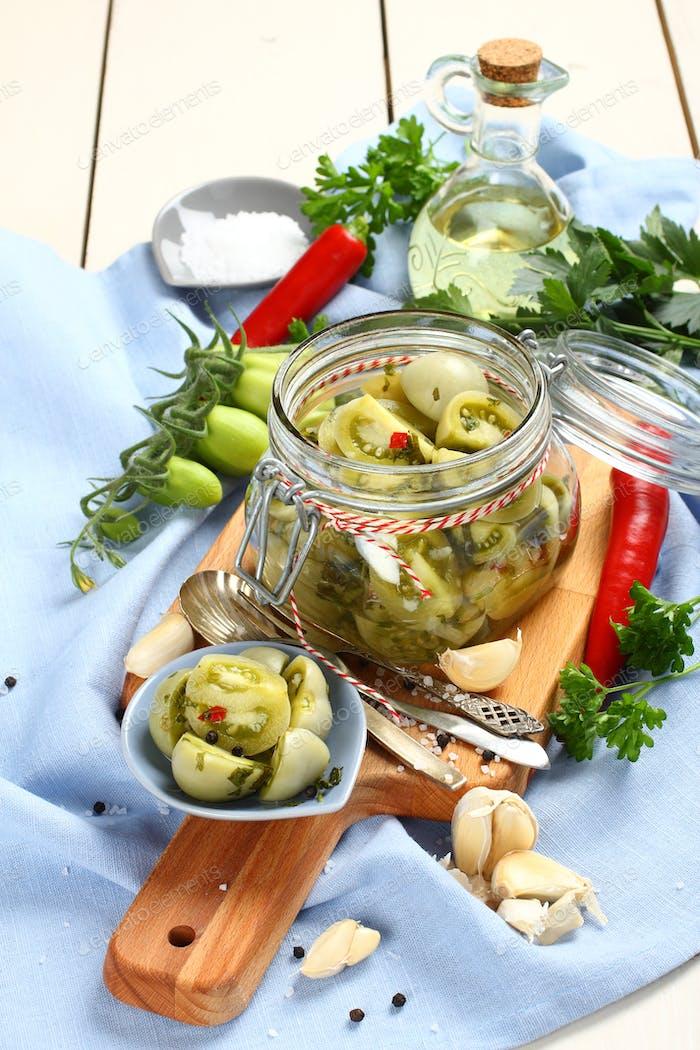 Glas mit eingelegten grünen Tomaten für den Winter vorbereitet