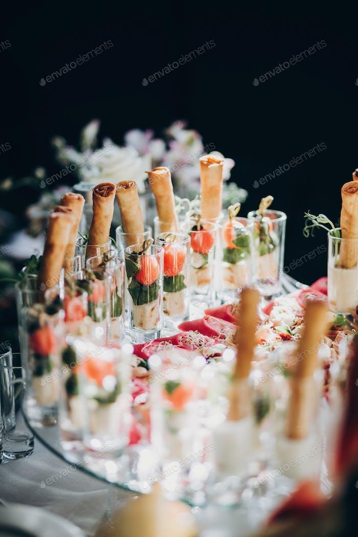 Köstlicher italienischer Esstisch beim Hochzeitsempfang
