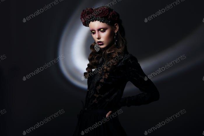 Frau in Spitzen-Abendkleid über schwarz
