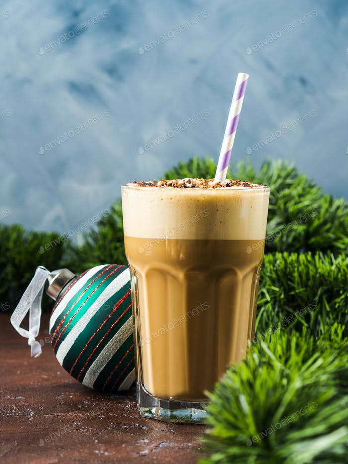 Frappe Kaffee im hohen Glas auf braun. Neues Jahr