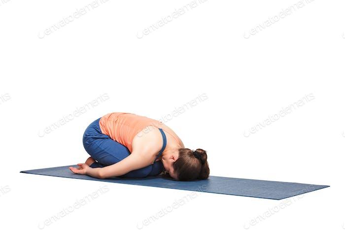 Schöne sportliche fit yogi Mädchen praktiziert yoga asana balasana