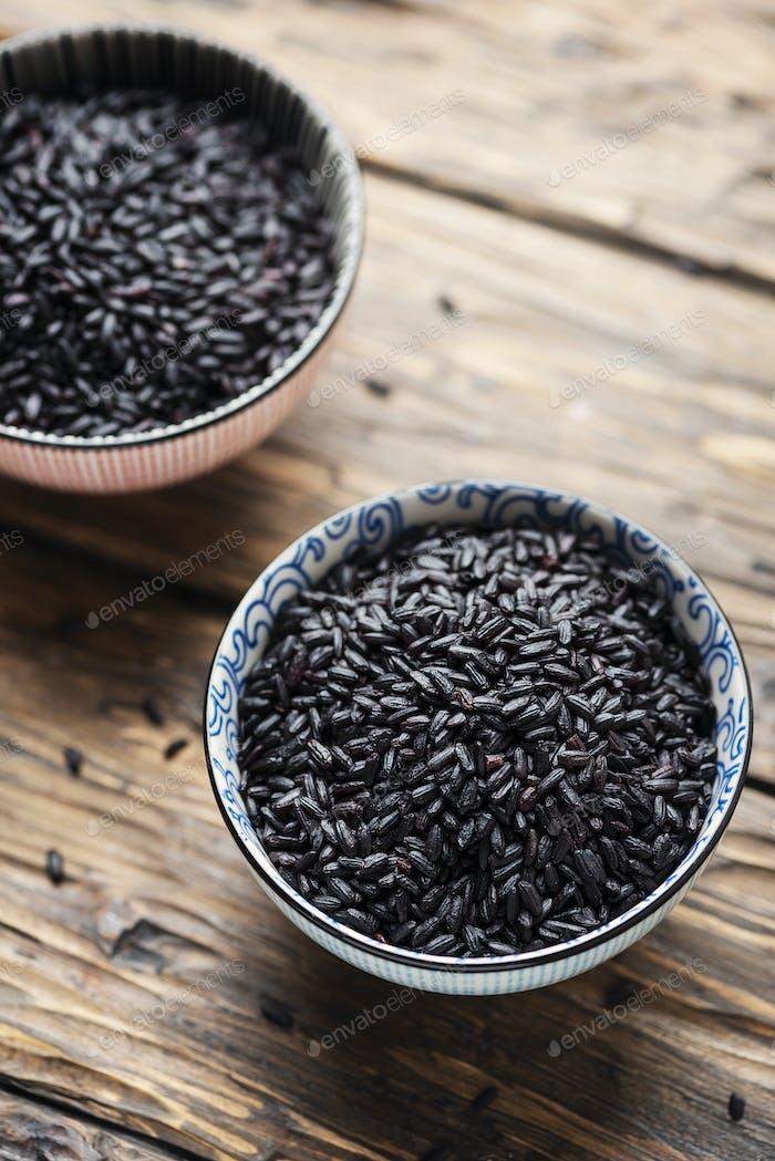 Roher schwarzer asiatischer Reis