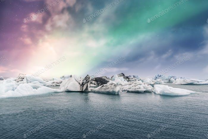 Nordlichter Aurora Borealis über Jokulsarlon Gletschereis-Lagune in Island