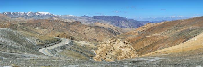 Thumbnail for Blick auf Haarnadelkurven und Berge in Taglang La Pass, Ladakh, Indien