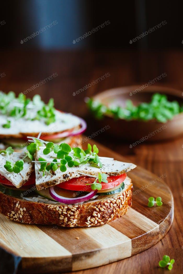 Sandwiches mit Putenfleisch und frischem Gemüse