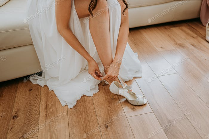 Preparation of the bride fastening shoes