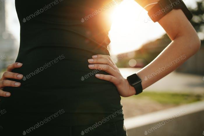 Sportlerin trägt Smartwatch-Gerät