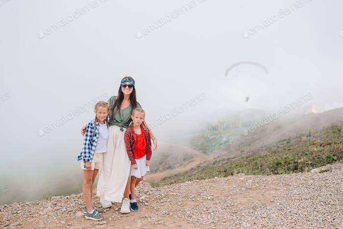 Schöne glückliche Familie in Bergen im Hintergrund von Nebel. Beautful Landschaft
