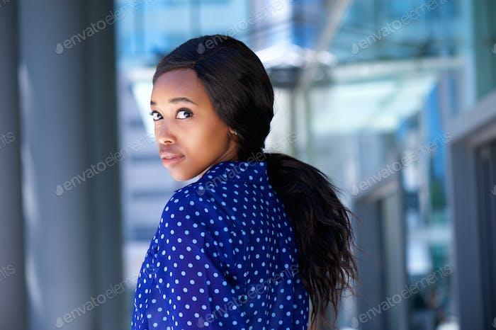 Schöne afrikanische Geschäftsfrau stehend außerhalb